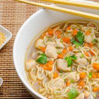 طرز تهیه ی سوپ نودل همراه با مرغ